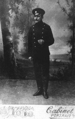 Офицер царской армии на фотографии придворного фотографа с подписью.