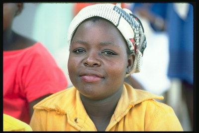 Молодая девушка в желтой кофте и в косынке > Люди-2 ...: http://pix.com.ua/ru/people/misc/people_2/376017-see.html