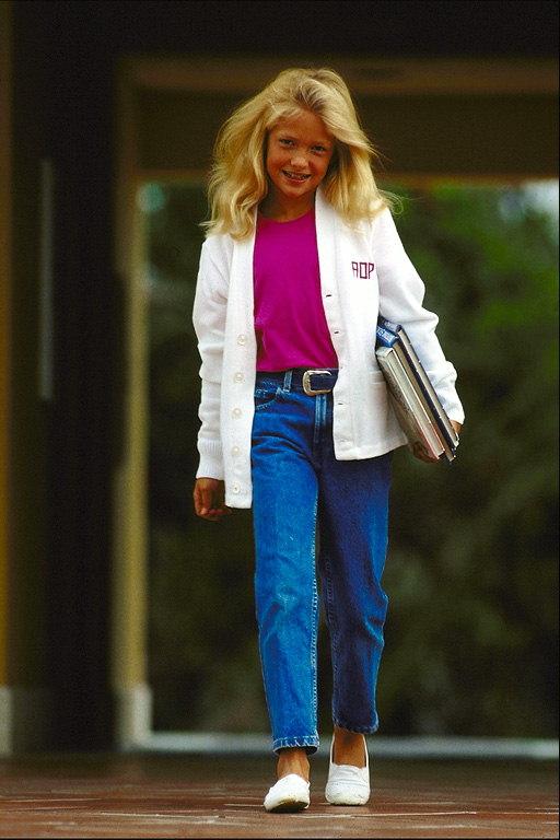 Девочка в белом пиджаке с папкой в руках Отправить другу! Портреты