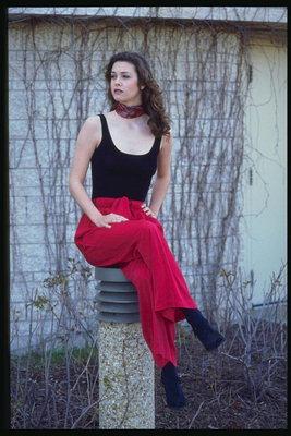 Грудастая девушка в красных штанах фото